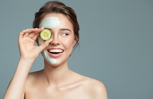 portrait of beautiful woman with blue cream mask o RGXFYMV Easy Resize.com  6 Nawilżanie skóry – popularne fakty i mity