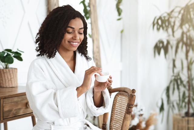 skin care beautiful black girl after showering app Q2U773K Easy Resize.com  1 Nawilżanie skóry – popularne fakty i mity