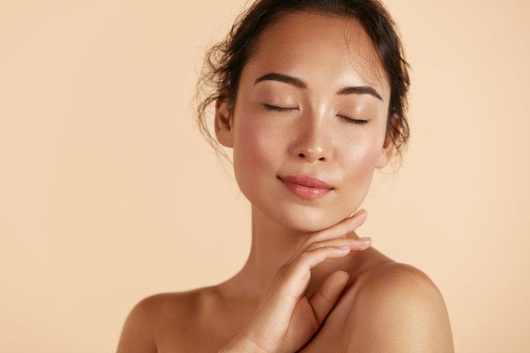 Olśnij wszystkich – skóra Glow. Przygotuj ją na makijaż wieczorowy.