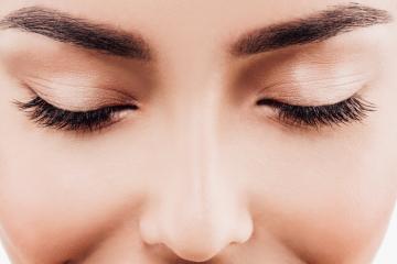 Jak podkreślić swoje spojrzenie? Najpopularniejsze zabiegi kosmetyczne na brwi i rzęsy