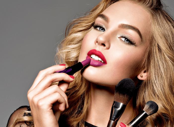 Makijaż dzienny i wieczorowy – różnice i przydatne triki
