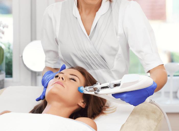 Poznaj najskuteczniejsze zabiegi kosmetyczne dla kobiet po 50 roku życia