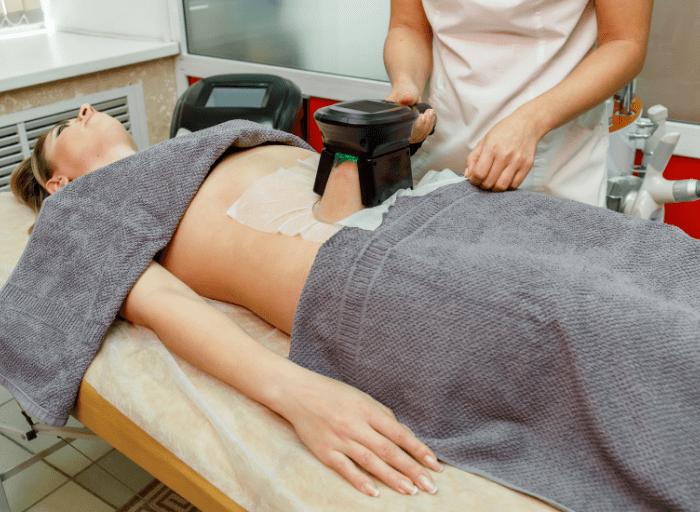 Zabiegi kriolipolizy – czyli jak zamrozić tkankę tłuszczową i pożegnać boczki