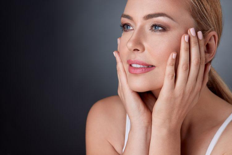 piekna kobieta 5 argumentów za laseroterapią. Zabiegi laserowe i ich imponujące efekty!