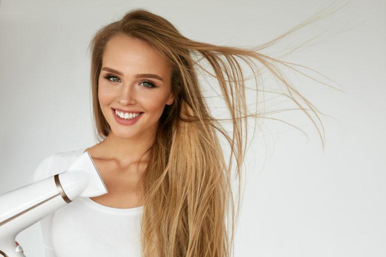 Keratynowe prostowanie włosów – co musisz wiedzieć na ten temat?