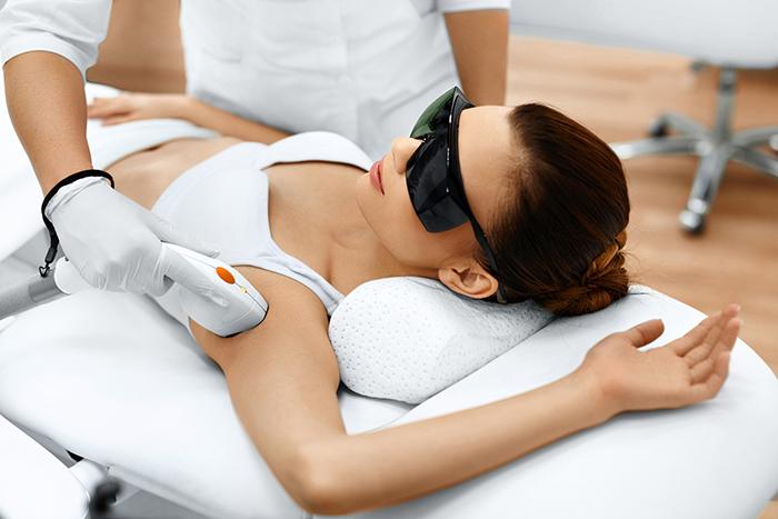 laserowa depilacja  Depilacja   sprawdzone sposoby na niechciane owłosienie – co wybrać?