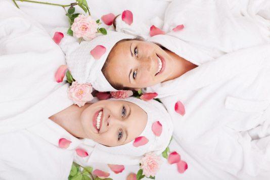 przyjaciolki w spa Masaż klasyczny – uwolnij swoje ciało od stresu