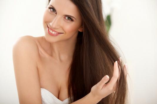 Prostowanie keratynowe włosów – pożegnaj puszące się kosmyki