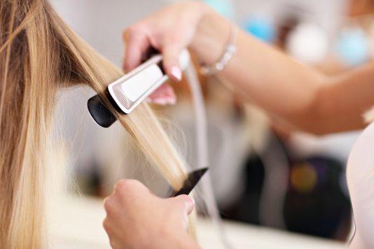 prostowanie Prostowanie keratynowe włosów – pożegnaj puszące się kosmyki