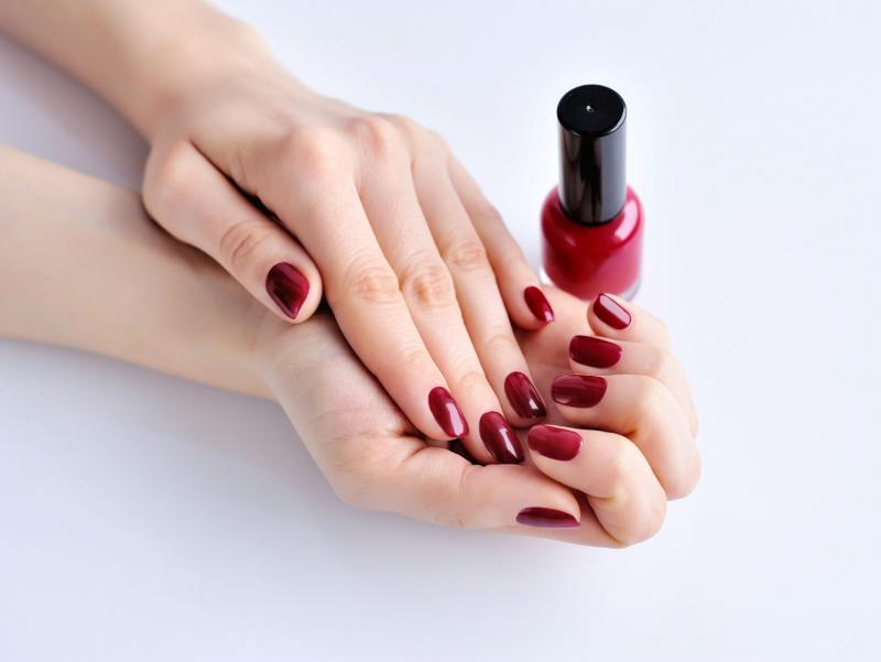 manicure kolor Manicure żelowy i hybrydowy – czym się różnią?