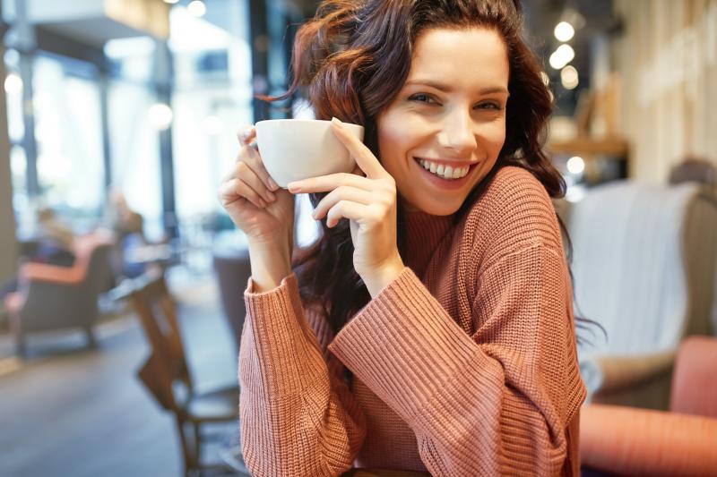 usmiechnieta kobieta Efekty powiększania ust – mały zabieg, wielka zmiana!