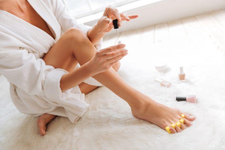 Pedicure – kilka kroków do idealnie zadbanych stóp