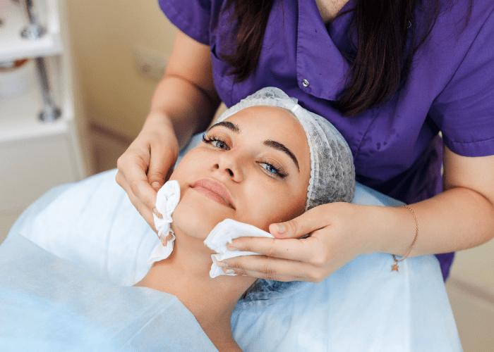 Oczyszczanie twarzy w gabinecie kosmetologicznym – dlaczego warto?